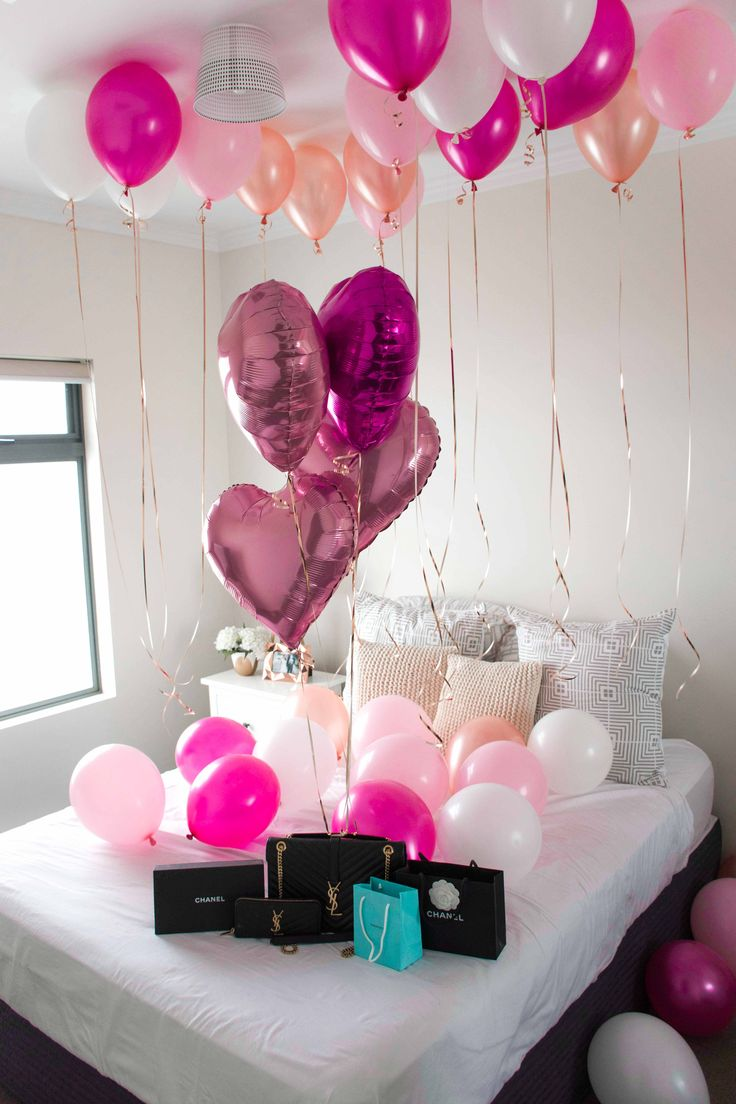 Elegance and Luxury Balloons in Bedroom - Pink, White and Rose Gold #Whiteballoons #Luxury #Luxurybedroom #Balloonsbedroom #Classy #Elgance #Lux #Balloons #Girlsparty #PuffandPop