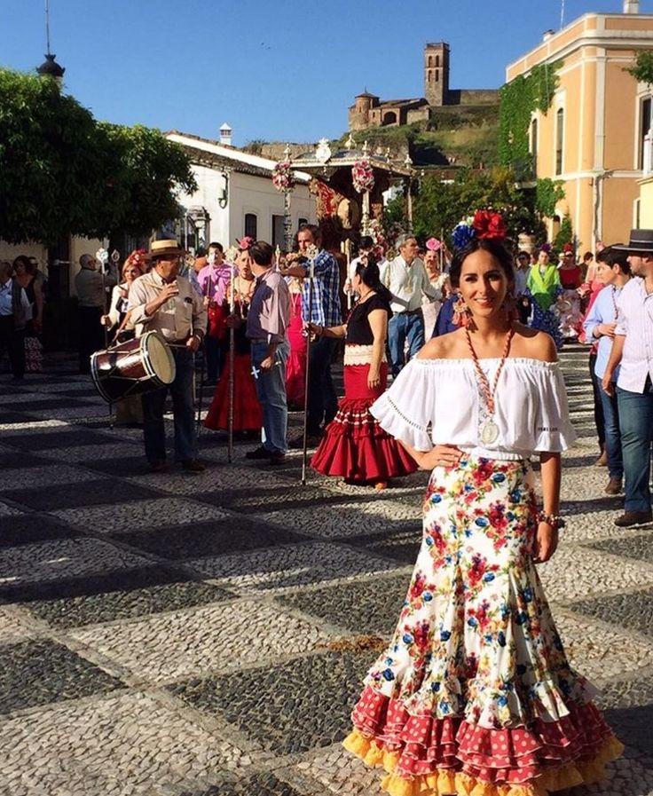 camacho_rios_cr Falda de flamenca estampada con ranchera blanca