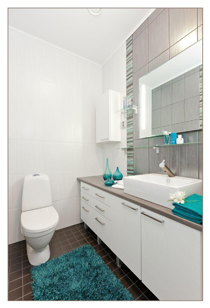 Tässä modernissa wc-tilassa on hillittyä koristeellisuutta ja turkoosin tehostesävyn luomaa raikasta, eksoottista vivahdetta. Klikkaa kuvaa, niin näet tarkemmat tiedot!