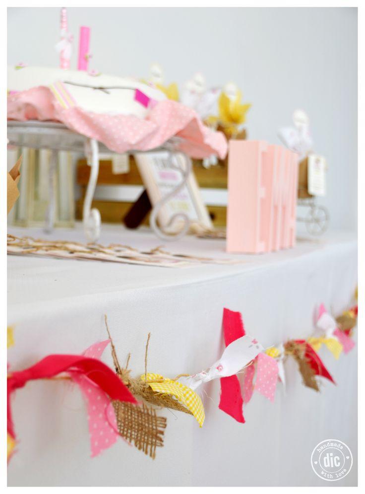 Bautismo y primer años Emma. Mesa con souvenirs, torta y estampitas.