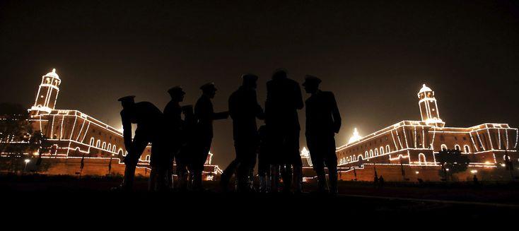 Miembros de la orquesta militar india conversan tras tocar con motivo de la celebración del Día de la República, frente a la Casa Presidencial en Nueva Delhi, India