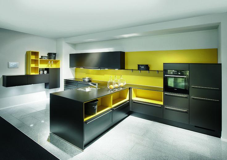 Studio Starimex KOLOR W KUCHNI  Czarny kolor mebli w połączeniu z odważnym żółtym kolorem, prosta forma a zarazem energia do działania.