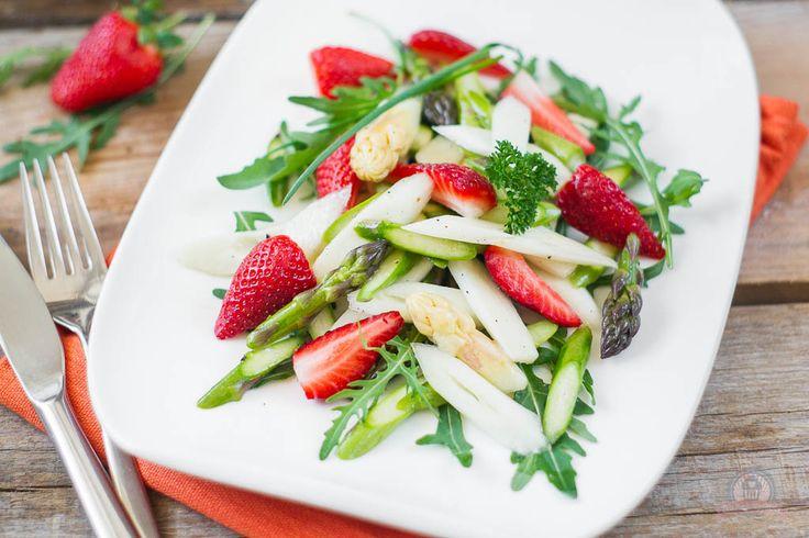 Knackiger Spargelsalat mariniert in süßer Vanillevinaigrette und serviert mit würzigem Rucola und frischen, fruchtigen Erdbeeren.
