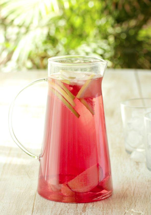 Cómo preparar sangria rosada, tu receta de bebida de verano preferida. Encuentra en whole kitchen todas las recetas con las que triunfar.