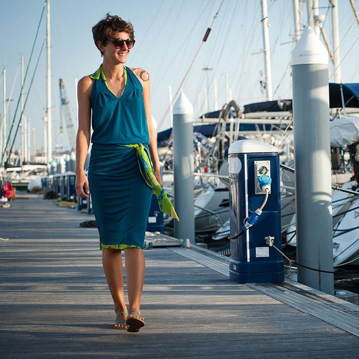 Il double è un must di Fontanarosa. Jersey tinta unita da un lato e motivi colorati dall'altro rendono reversibile e dinamico questo vestitino che si incrocia sul retro lasciando uno scollo ultra femminile sulla schiena.