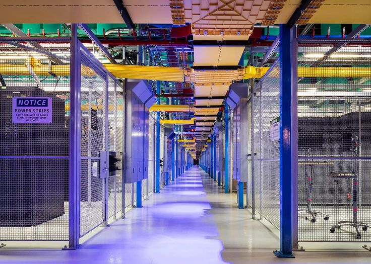 Foto: This data center is divided in half by the beautiful light. #datacenter #networking