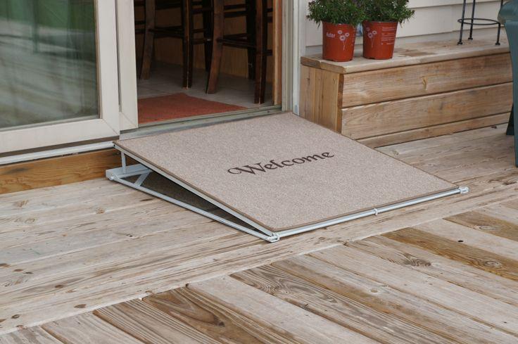 Welkom met de rolstoel! Een deurmat die ook een hellend vlak is voor rolstoelgebruikers, dat is de 'welcome mat ramp' van ConvertaStep! Het hellend vlak is makkelijk plat te leggen en als deurmat te gebruiken. Het hellend vlak is verkrijgbaar is een manuele versie of aangedreven versie die werkt met een draadloze afstandsbediening. Trek gewoon aan een hendel of druk op een knop van de afstandsbediening en de zijkant van de mat verhoogd tot een helling.