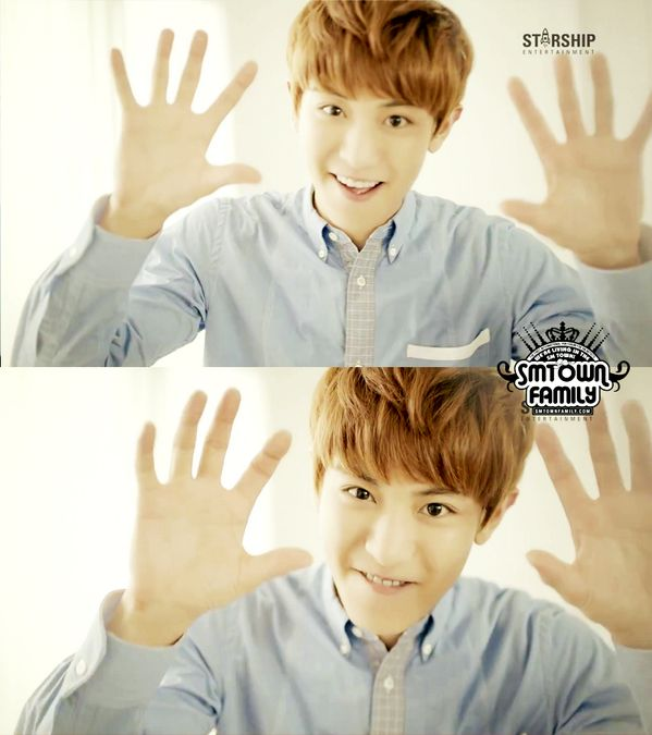 Chanyeol... Look at those hands.. Those r guitarist hands.. And he has the smile of an angel ^^