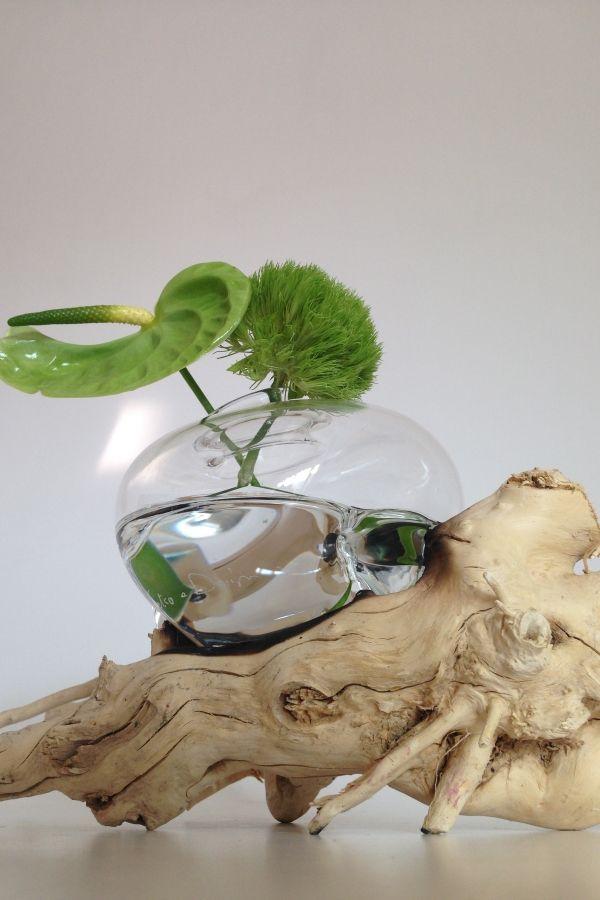 vaso in vetro soffiato a mano colato su tronco di legno, il vaso prende la forma del tronco