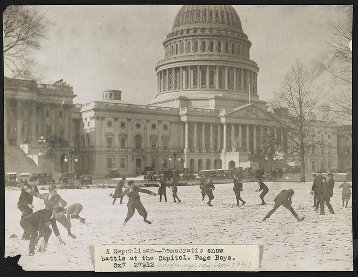 IlPost - Una battaglia di palle di neve tra Repubblicani e Democratici al Campidoglio di Washington DC, il 14 dicembre 1923 (Library of Congress) - Una battaglia di palle di neve tra Repubblicani e Democratici al Campidoglio di Washington DC, il 14 dicembre 1923 (Library of Congress)