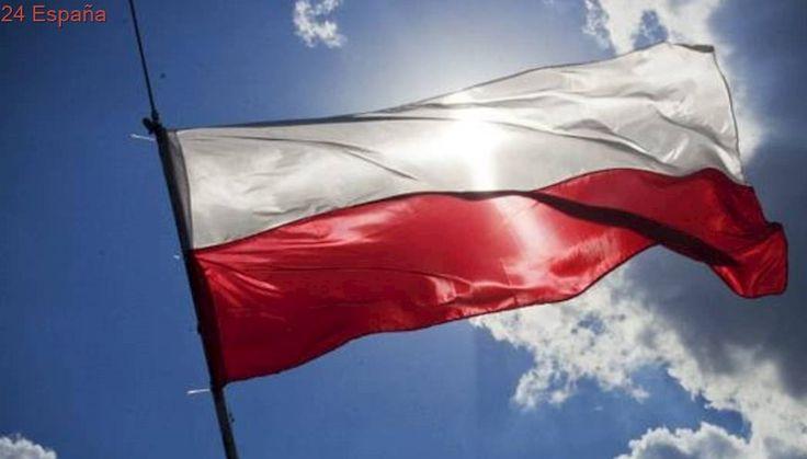 Detienen a tres jóvenes alemanes en Varsovia por pisotear una bandera polaca