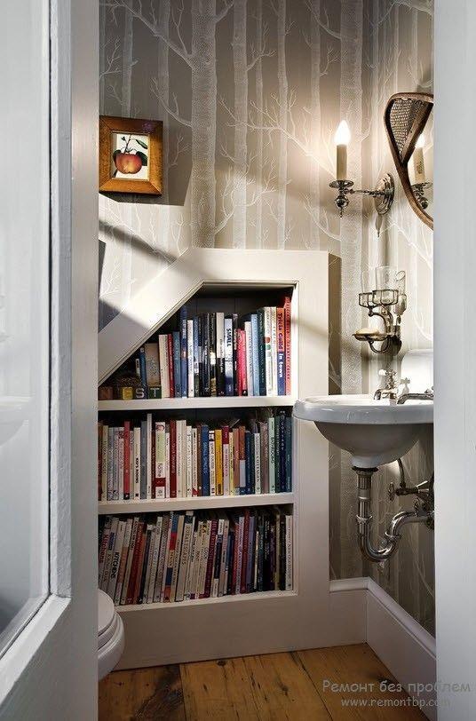 Необычный дизайн книжной полки, встроенной в стену