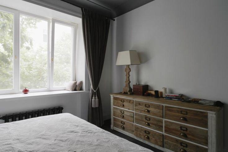 Тёмно-серые шторы в интерьере спальной комнаты