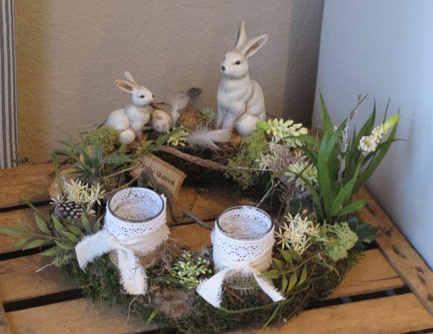 *toller Osterkranz*  mit zwei verschieden großen Keramikhasen auf einem Mooskranz.  Viel Naturmaterial in Verbindung mit Hyazinthen, Gräsern, Federn, Wachteleiern und kleinen Sternblüten wurden...