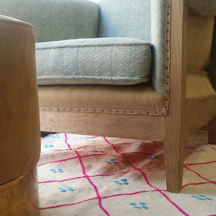 Ideal el toque de color que aportan nuestras alfombras de lana para decoraciones con fondos neutros!! #alfombraslana #colordecor #diseñodeespacios #estudiodecoracion #estudiointeriorismo #diseñamos #cuestiondeestilo #interiordesigner www.dmediterranea.es