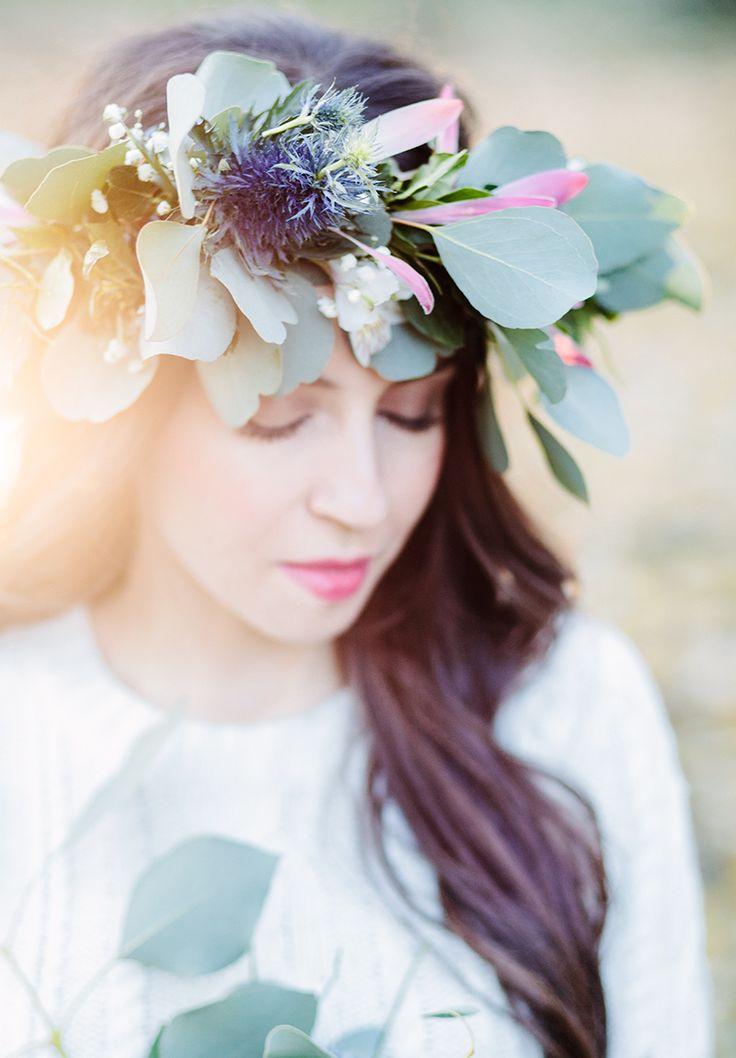 Detalles de este look de novia de invierno: flores naturales y maquillaje de novia natural en tonos rosados.