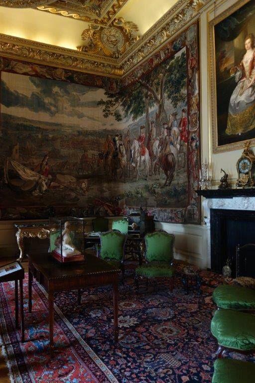 Ancak dükün yani Churchill ailesinin liderinin bir oyun salonunda John Venburgh ile karşılaşması sonucu başlayan dostluklarından bu işi ona vermeleri ile sonuçlanıyor... Daha fazla bilgi ve fotoğraf için ; http://www.geziyorum.net/blenheim-palace/