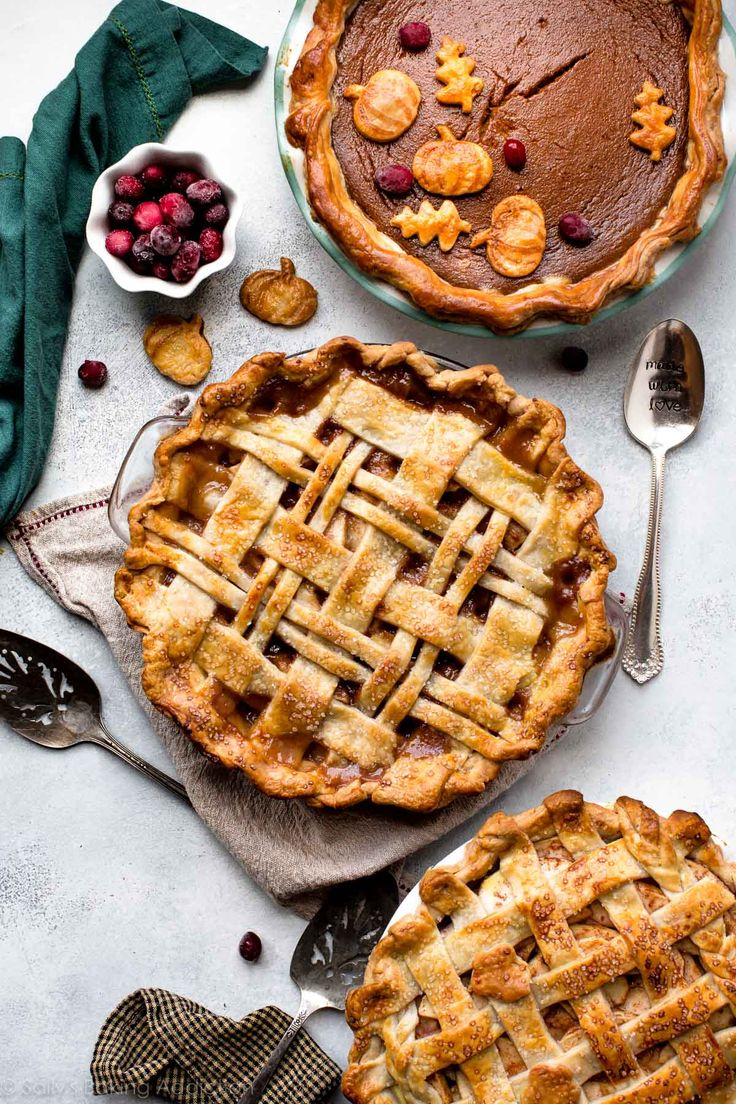 Get inspired with these easy and beautiful pie crust designs! Homemade pie has never looked so stunning on the dessert table.