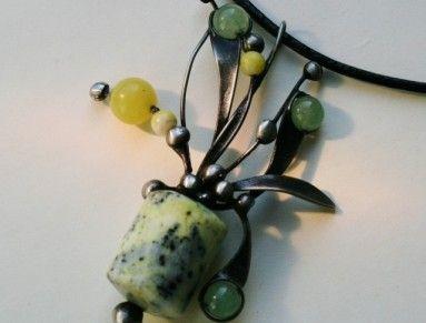 Cínovaný náhrdelník je vytvořen z velkého válečku serpentinitu - měří  2,5 cm na…