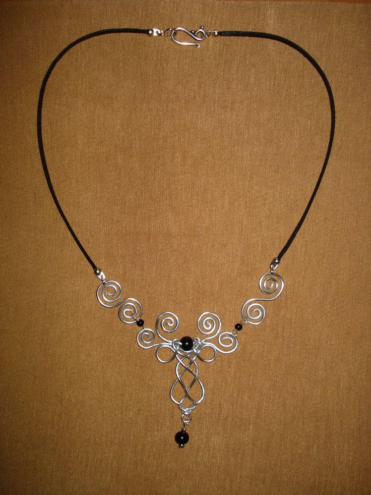 Collier Zefirum féérique elfique, fait main. Matière: fil d'aluminium et perles.