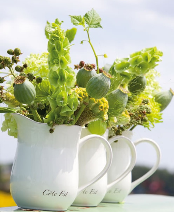 Groen met gele touch.     Leuk om zelf te maken. oude kannen met zomerbloemen; direct een zomerse uitstraling.     Great to make yourself. Vintage pots with field flowers, for a summer fieling.