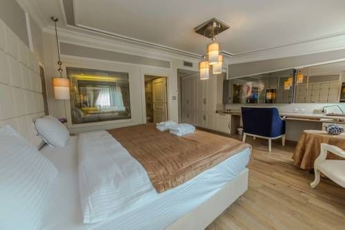 The Constantine Hotel Istanbul The Constantine Hotel is located just 300 metres from Hagia Sophia and the Underground Cistern. This stylishly designed hotel has a restaurant offering a selection of Turkish specialties and wines.