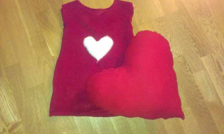 Youngest niece haven't told me her favourite animal yet, so this year she get a heart pillow and a fleece dress instead.
