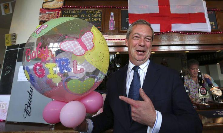 O líder do partido de extrema-direita Ukip, Nigel Farage, celebra o nascimento da bebê real em Ramsgate, Kent, durante mais um dia de campanha para as eleições legislativas britânicas Gareth Fuller / AP