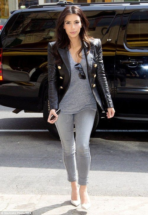 Den Look kaufen:  https://lookastic.de/damenmode/wie-kombinieren/sakko-schwarzes-t-shirt-mit-v-ausschnitt-graues-enge-jeans-graue-pumps-weisse/1815  — Schwarzes Ledersakko  — Graues T-Shirt mit V-Ausschnitt  — Graue Enge Jeans  — Weiße Leder Pumps