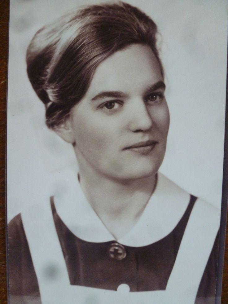 Diny Reefhuis, psychiatrisch verpleegster, eind jaren 50/begin 60. Zij draagt…