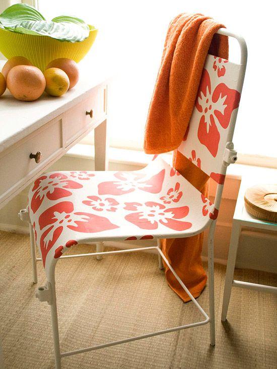 Salvando uma cadeira.  Renove uma simples cadeira de metal ou de madeira, com flores de hibiscos em negrito. Escolha flat-acabamento tinta látex na cor de rubi vermelho-laranja para preencher os stencils . Aplique a tinta em um movimento que ataca usando uma escova de cerdas stencil plana ou um pincel de espuma. Quando a pintura estiver seca, aplique duas camadas de poliuretano claro em  spray, para proteger o seu trabalho.