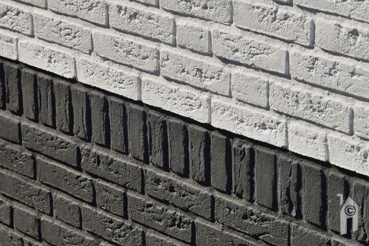 Wit gekeimde (chemische verbinding met de baksteen) muren en ter indicatie van het trasraam ook een zwart gekeimde onderkant.