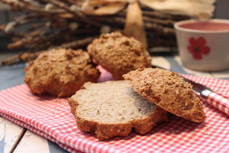 Ein Brötchen mit tollen Geschmack, was zu süß und deftig gut harmoniert. Erdnuss-Sesam-Brötchen aus Erdnussmus, mit Haferkleie. Low Carb Rezepte von Happy Carb.