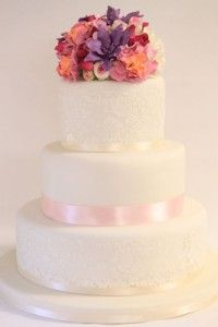 Klassiche Hochzeitstorte mit prunkvoller Blütenverzierung