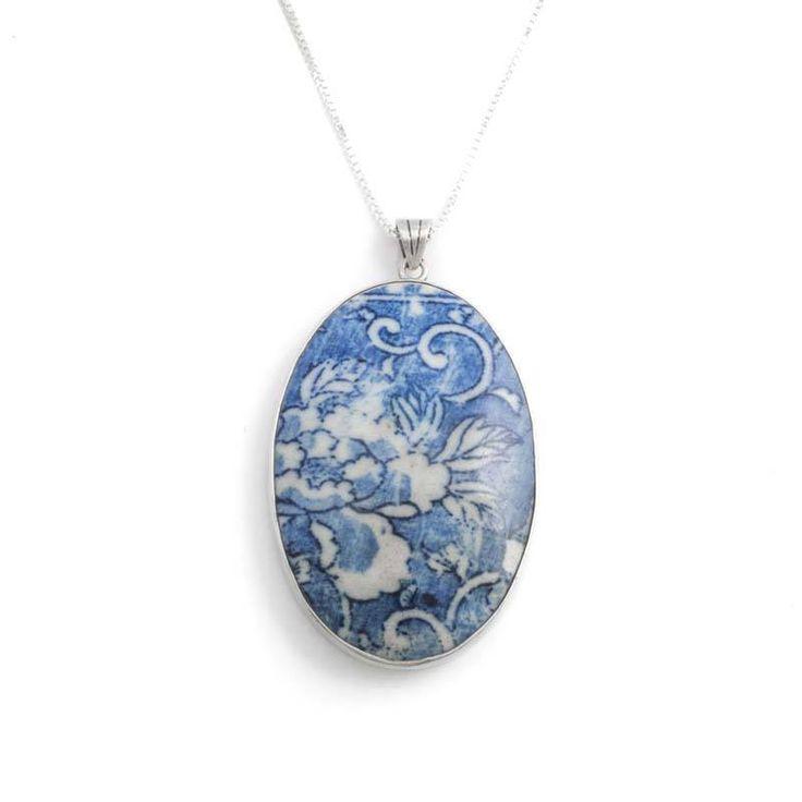 Koop deze vintage zilveren hanger met porselein en ketting bij Aurora Patina, de leukste sieraden webshop van Nederland!