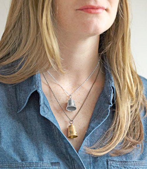 Pour une couturière, un dé monté sur une épingle  avec une petite perle à l'intérieur.