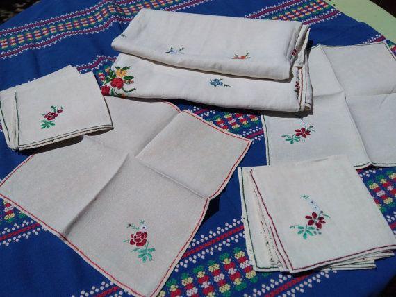 www.sophieladydeparis.etsy.com Mano hecha a mano preciosa de blanco mantel de lino bordado. Mantel y 8 juego de servilletas francés. Hermosa tela gruesa de lino con bordados florales. Buen estado vintage. Vintage francés de 1930. Tamaño de mantel: 50 x 55 pulg (8 personas). = 127 x 140 8 servilletas correspondientes: 12 x 12 pulgadas = 31 x 31 cm ¡Ropa muy bonita y Original en francés! Envío gratis - entrega de 1 semana a los Estados Unidos Envío gratis velocidad seguro incluido e...