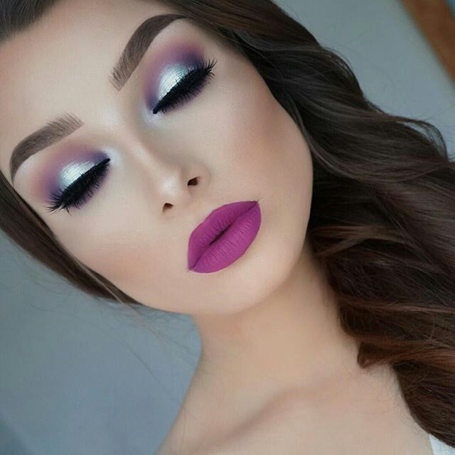 I love this lip color with this turquoise on the eye. Absolutely stunning!