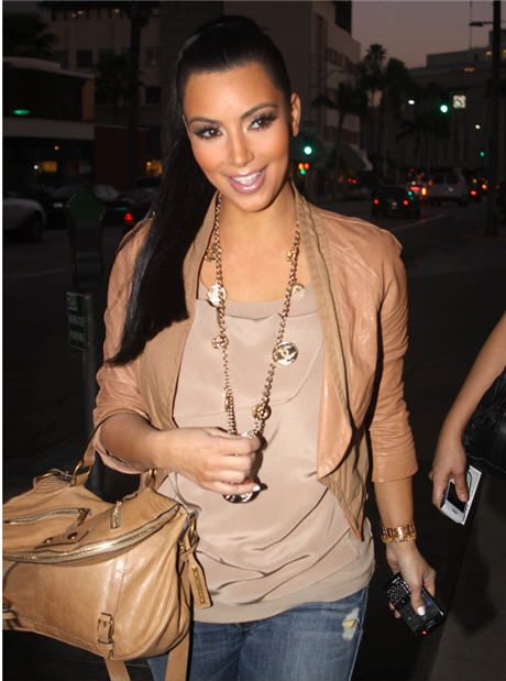 Now this is a look that is easy and chic. Neutrals, jeans, and great accessories make it the perfect weekend outfit.