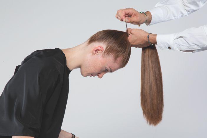 ETAPE 2 Attacher les cheveux en queue de cheval sur le haut du crâne avec un élastique crochet. STAP 2 Het haar in een paardenstaart, bovenop de kruin met een haakelastiek vastmaken