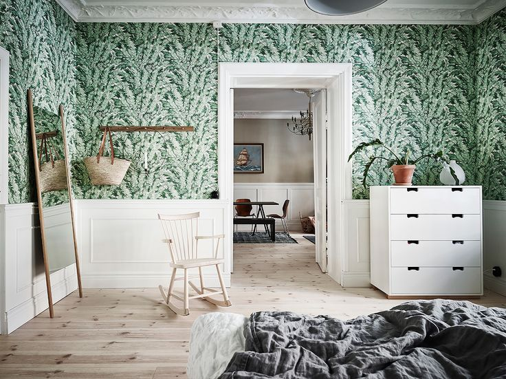 Snow chest of drawers by Jonas Bohlin and Thomas Sandell from Asplund | Tapet Florencecourt wallpaper Cole & Son – Entrance – Husligheter