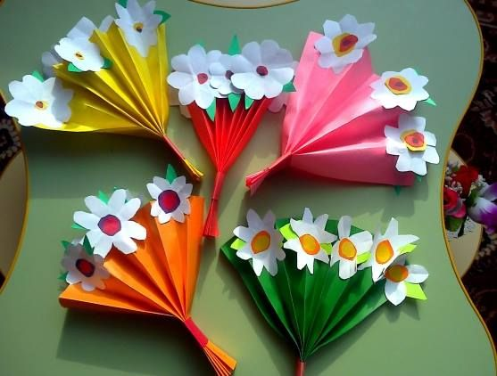 MOTHER'S DAY: Fold the paper into an accordian, top with paper flowers