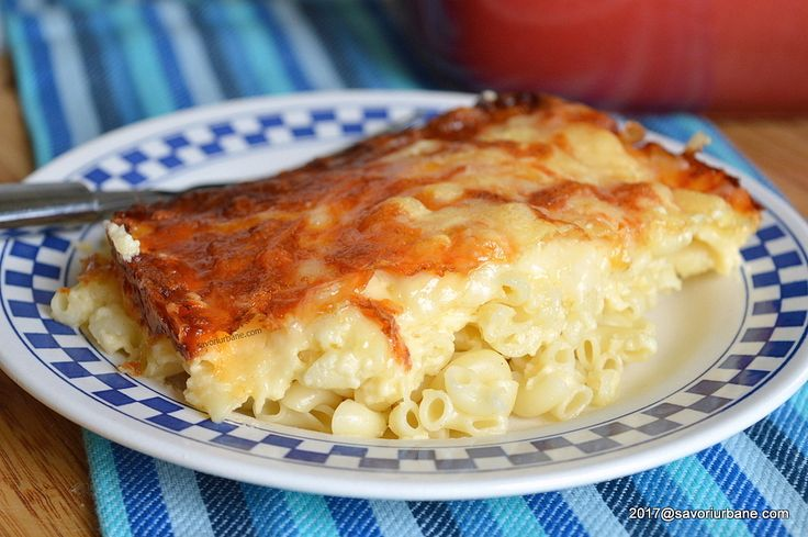 Macaroane cu branza reteta de mac and cheese. Budinca de paste la cuptor cu sos de branza cu smantana, cu crusta rumena de branza gratinata. O reteta simpla