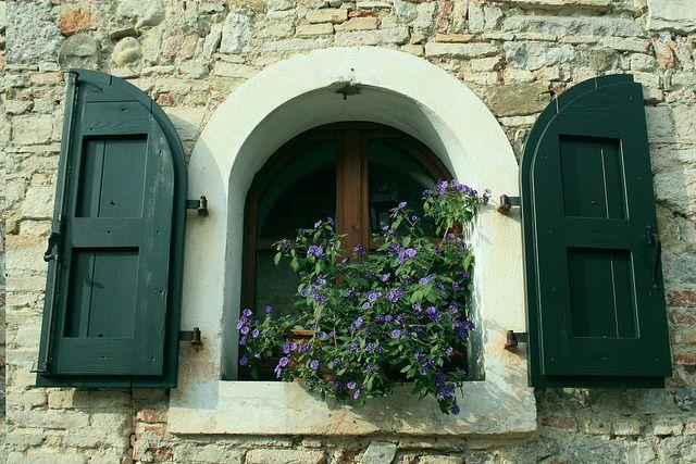 Le fiorite finestre del Castello by GiardinaggioWeb, via Flickr