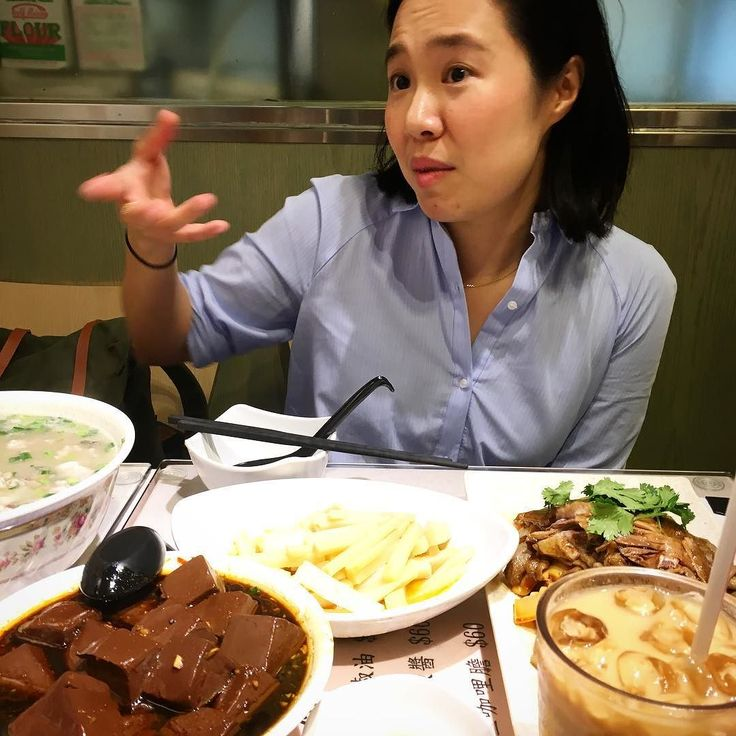 Anteontem quando chegámos a Hong Kong a minha amiga Fei Yuen já estava à nossa espera para nos fazer uma pequena visita guiada por alguns recantos gastronómicos de Macau. Conheci a Fei no ano passado quando ela foi até Lisboa passar umas pequenas  férias e provar algumas iguarias locais. E quando me disse que ia de propósito a Ponte de Lima para comer arroz de lampreia percebi que era uma das nossas e que estava sempre pronta para emoções fortes à mesa. Desta vez era ela que nos ia levar a…