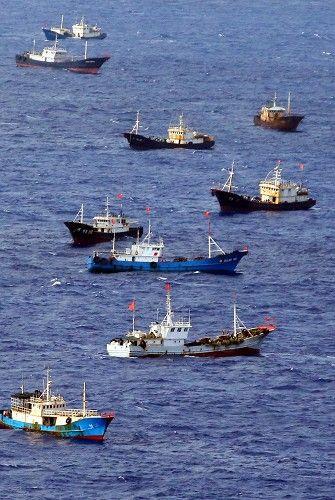 鳥島周辺で漁をする多くの中国漁船とみられる外国船。中には中国国旗をたなびかせる船もあった=伊豆諸島の鳥島周辺で2014年10月31日午後1時56分、本社機「希望」から小川昌宏撮影 ▼1Nov2014毎日新聞|サンゴ密漁:中国漁船、伊豆諸島まで北上 http://mainichi.jp/shimen/news/20141101ddm001040101000c.html