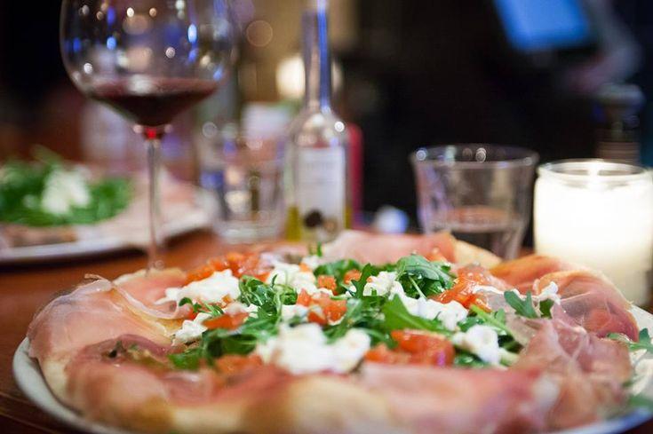 In de altijd gezellige Amsterdamse buurt De Pijp barst het van de Italiaanse pizzeria's, maar nergens zit je zo sfeervol en zijn de pizza's zo smakelijk als bij Renato's Pizzeria. Of je nu komt voor de pizza's met flinterdunne bodem, een heerlijk koud Peroni-biertje of gewoonweg de goddelijke antipasti; eigenlijk is er altijd wel een reden …