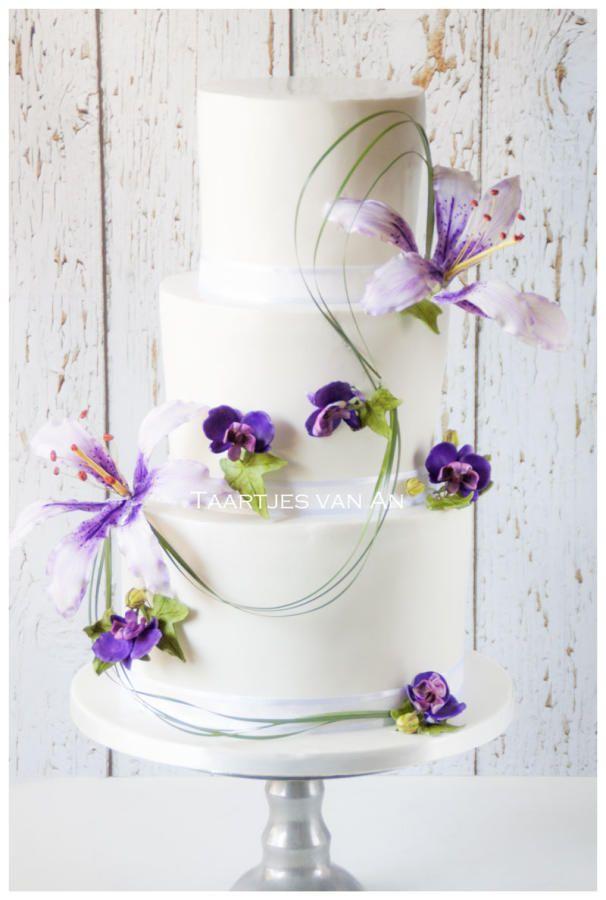 Weddingcake with sugarflowers - Cake by Taartjes van An