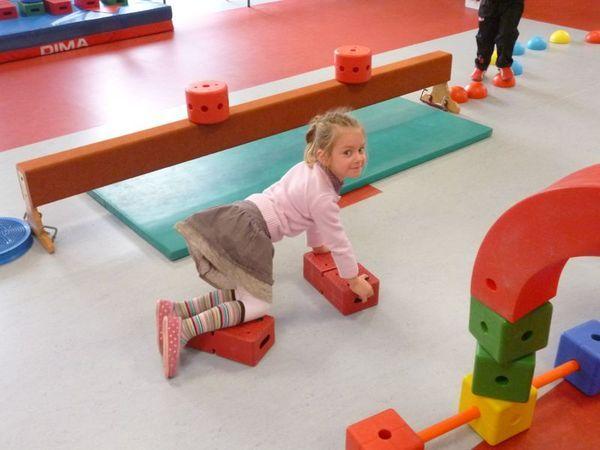 Ecole Maternelle Sonia Delaunay - Se déplacer en s'équilibrant : le défi des caissettes