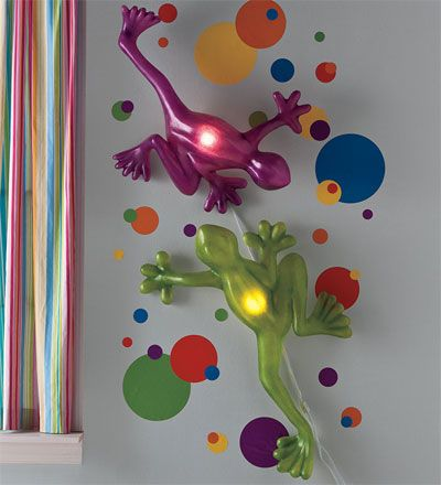Giant Tree Frog Lamps - forget this going in a CHILD'S room, I want the green one for MINE!